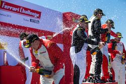 celebraciones con champán en el podio