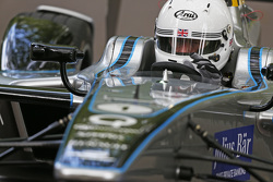 London Mayor Boris Johnson test de Formule E-auto op het Battersea Park circuit