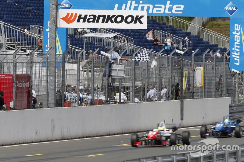 Bendera kotak-kotak, 2 Jake Dennis, Prema Powerteam Dallara Mercedes-Benz