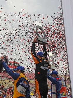 Podium: 3. Marco Andretti, Andretti Autosport; 1. Graham Rahal, Rahal Letterman Lanigan Racing, und 2. Tony Kanaan, Ganassi Racing
