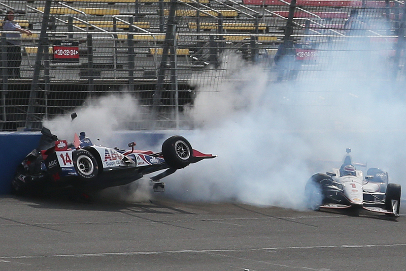 Takuma Sato, A.J. Foyt Enterprises Honda , dan Will Power, Team Penske Chevrolet crash