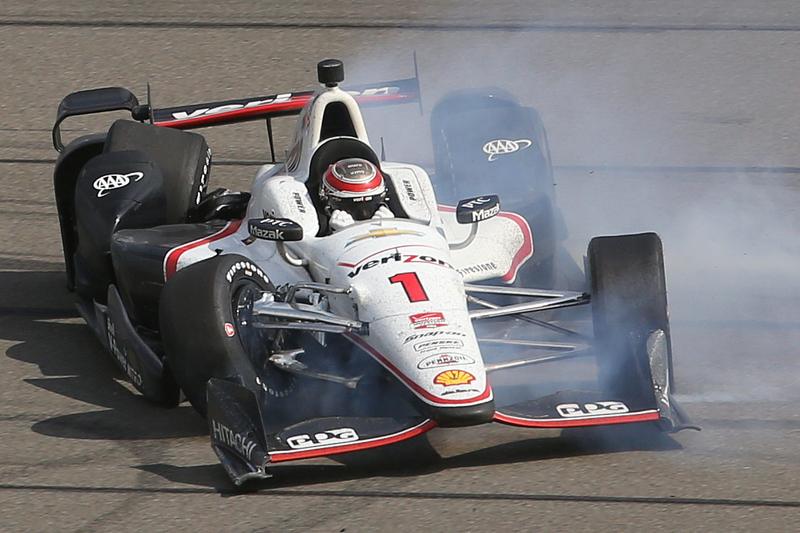 Will Power, Team Penske Chevrolet, si schianta