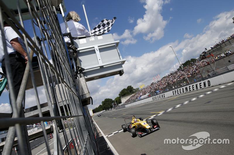 Sieger 3. Rennen: #3 Antonio Giovinazzi, Jagonya Ayam mit Carlin, Dallara Volkswagen