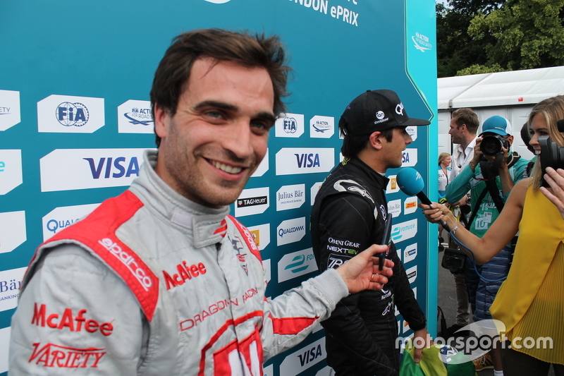 Jérôme d'Ambrosio, Dragon Racing, donne un coup de main pour interviewer Nelson Piquet Jr., China Racing