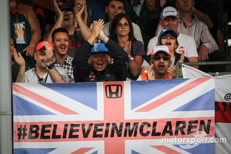 McLaren taraftarları ve bayrak