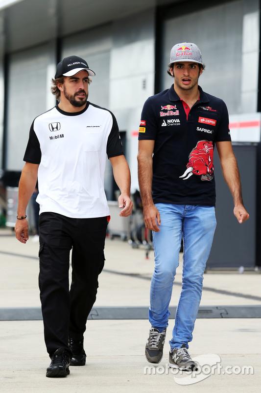 Fernando Alonso, McLaren, mit Carlos Sainz jr., Scuderia Toro Rosso