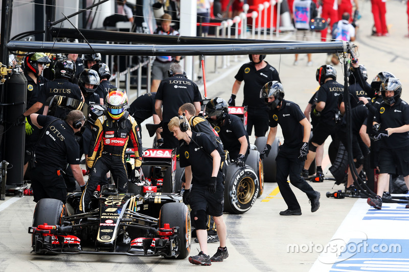 Romain Grosjean, Lotus F1 E23, in der Box