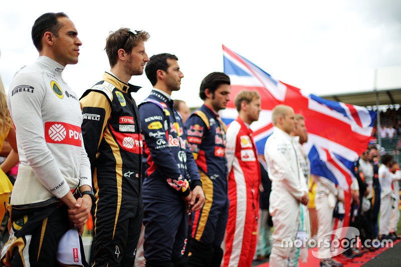 Pastor Maldonado, Lotus F1 Team and Romain Grosjean, Lotus F1 Team as the grid observes the national anthem