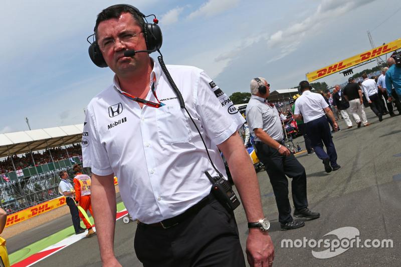 Эрик Булье, гоночный директор McLaren на стартовой решетке