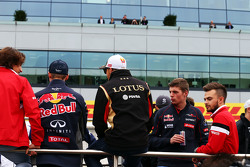 Pastor Maldonado, Lotus F1 Team met Max Verstappen, Scuderia Toro Rosso en Will Stevens, Manor F1 Team tijdens de rijdersparade