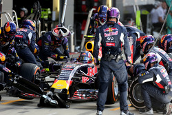 Daniil Kvyat, Red Bull Racing selama pit stop