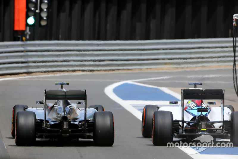 Lewis Hamilton, Mercedes AMG F1 Team, und Felipe Massa, Williams F1 Team, beim Boxenstopp