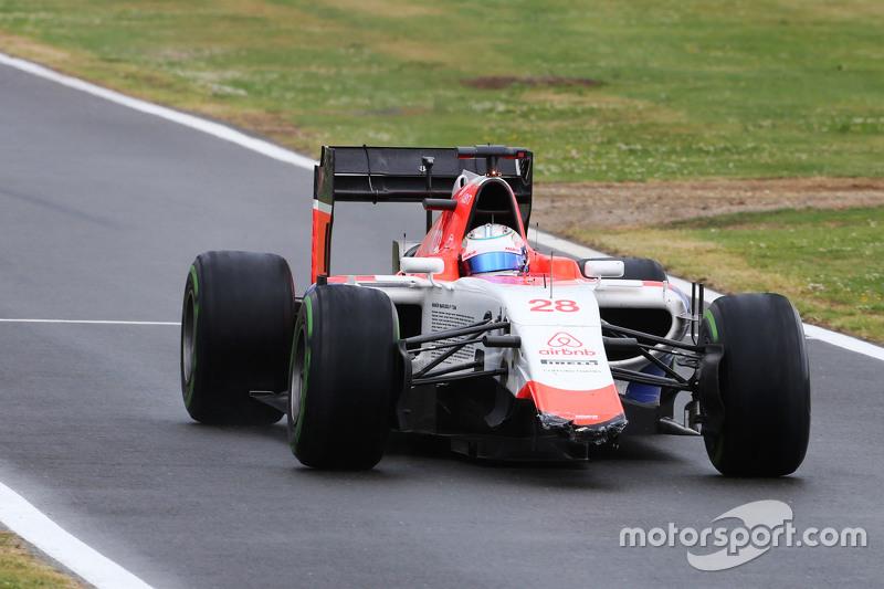 Will Stevens, Manor F1 Team di pit dengan sayap depan yang rusak.