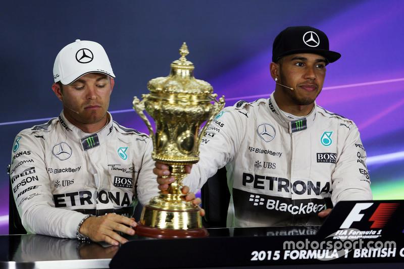 (Kiri ke Kanan): Second placed Nico Rosberg, Mercedes AMG F1 dengan trofi pemenang balapanr Lewis Hamilton, Mercedes AMG F1 dalam Konferensi Pers FIA.