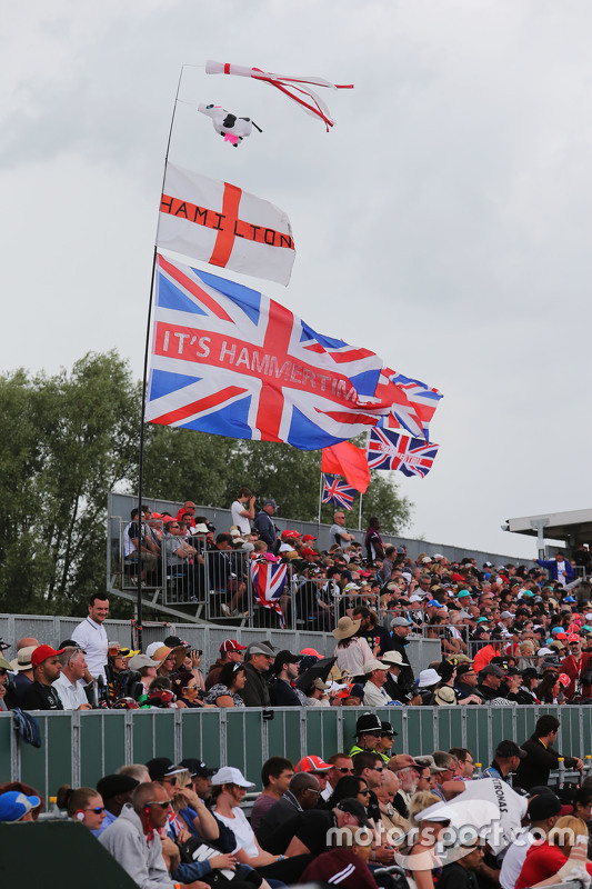 Lewis Hamilton, Mercedes AMG F1 W06 flags and fans in the grandstand