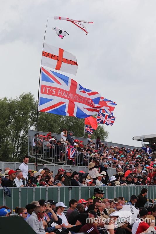 Lewis Hamilton, Mercedes AMG F1 W06 flags, dan fans di grandstand