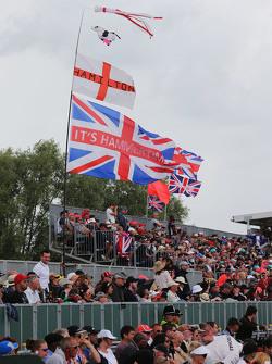 Lewis Hamilton, Mercedes AMG F1 W06 fans in de tribunes