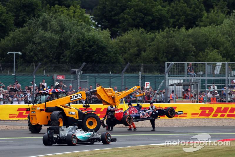 Lewis Hamilton, Mercedes AMG F1 W06, fährt am Scuderia Toro Rosso STR10 von Carlos Sainz jr., Scuder