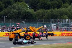 Льюис Хэмилтон, Mercedes AMG F1 W06 проезжает мимо Scuderia Toro Rosso STR10 Карлоса Сайнса мл., Scu