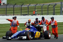 Фелипе Насра, Sauber C34 отталкивают в безопасную зону после его остановке по пути на стартовую реш
