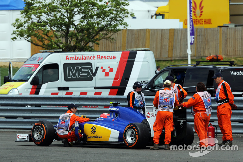 Felipe Nasr, Sauber C34 is pushed to safety after stopping on the way to the grid