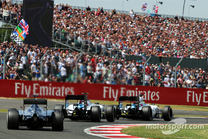 Felipe Massa, Williams FW37, vor Teamkollege Valtteri Bottas, Williams FW37, und Lewis Hamilton, Mercedes AMG F1 W06