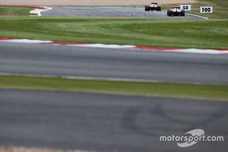 Kimi Räikkönen, Ferrari SF15-T, vor Teamkollege Sebastian Vettel, Ferrari SF15-T