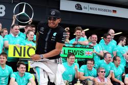 Winnaar Lewis Hamilton, Mercedes AMG F1 viert met het team