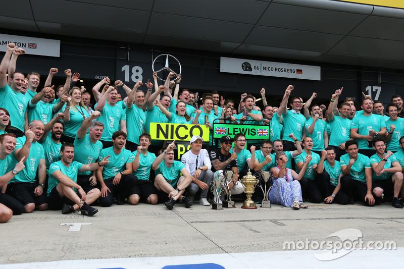 1. Lewis Hamilton, Mercedes AMG F1, feiert mit Teamkollege Nico Rosberg, Mercedes AMG F1, seiner Mut