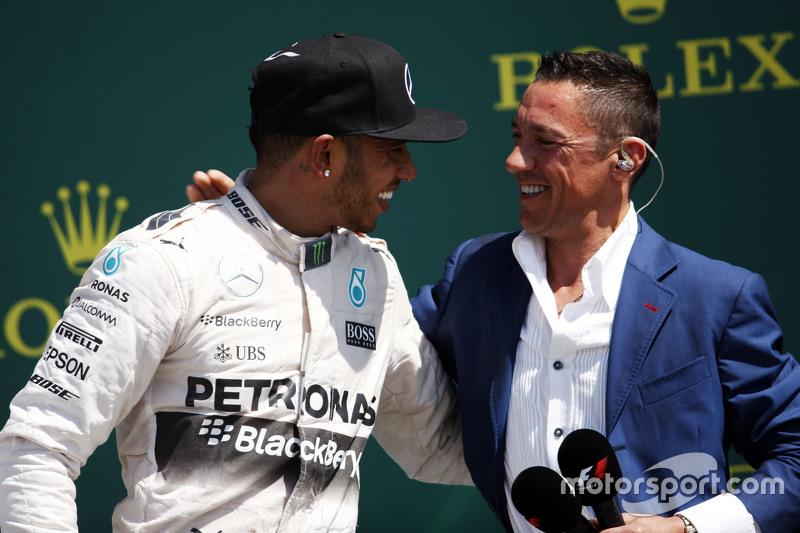 podium,: Juara balapan Lewis Hamilton, Mercedes AMG F1 bersama Frank Dernie,