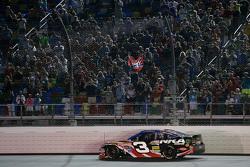 Austin Dillon, Richard Childress Racing Chevrolet y una bandera confederada en las gradas