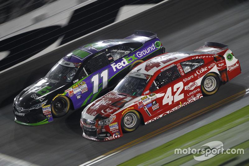 Denny Hamlin, Joe Gibbs Racing Toyota dan Kyle Larson, Ganassi Racing Chevrolet