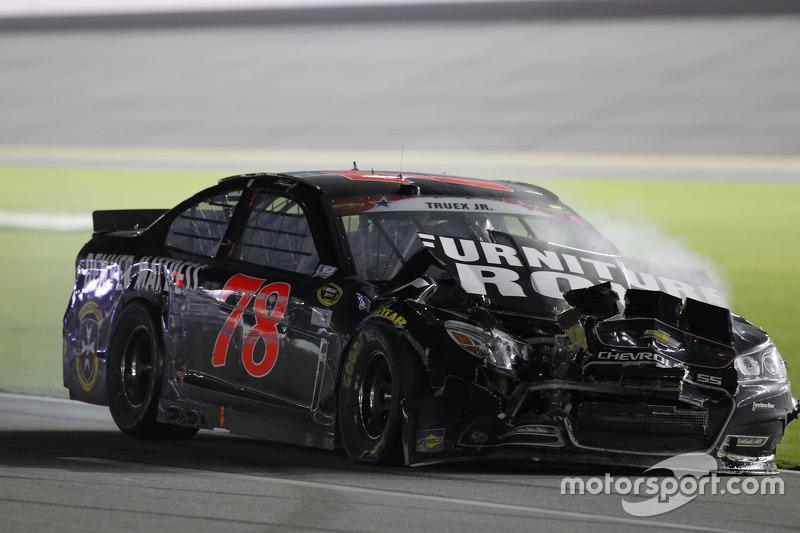Martin Truex jr., Furniture Row Racing, Chevrolet, mit Unfall