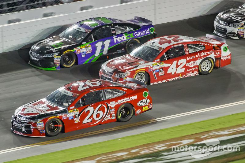 Denny Hamlin, Joe Gibbs Racing Toyota, Kyle Larson, Ganassi Racing Chevrolet dan Jeb Burton, BK Raci