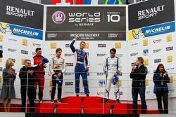 Подиум: Цоэль Амберг, AVF, второй, Сергей Сироткин, ISR, победитель, Пьетро Фанчин, Draco, третий