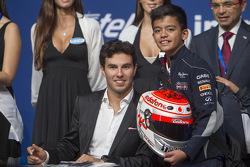Sergio Pérez Sahara Force India F1 firma autógrafos para sus fans