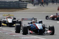 Raoul Hyman, Team West-Tec F3 Dallara Mercedes-Benz y Arjun Maini, Van Amersfoort Racing Dallara Volkswagen