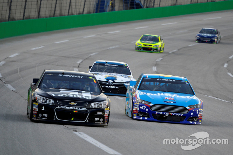 Jamie McMurray, Chip Ganassi Racing Chevrolet and Aric Almirola, Richard Petty Motorsports Ford