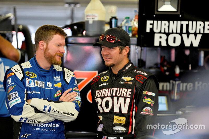 Dale Earnhardt Jr., Hendrick Motorsports Chevrolet dan Martin Truex Jr., Furniture Row Racing Chevrolet