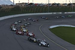 Start: Helio Castroneves, Team Penske Chevrolet leads