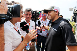 Pastor Maldonado, Lotus F1 Team met de media