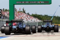 Nico Rosberg, Mercedes AMG F1 W06 et Lewis Hamilton, Mercedes AMG F1 W06 à la sortie de la pitlane