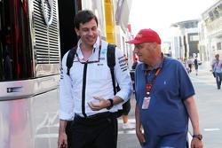 Тото Вольф, исполнительный директор Mercedes AMG F1 и Ники Лауда, Mercedes