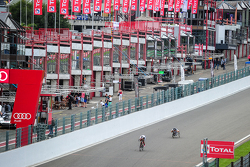 Тімо Глок та Алекс Занарді ride on the circuit