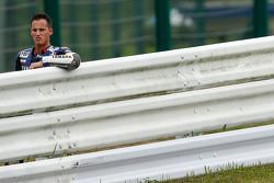 # 21 Yamaha: Pol Espargaró observa la acción después de estrellarse
