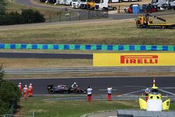 Фернандо Алонсо, толкает свой McLaren MP4-30 на пит-лейн во время квалификации