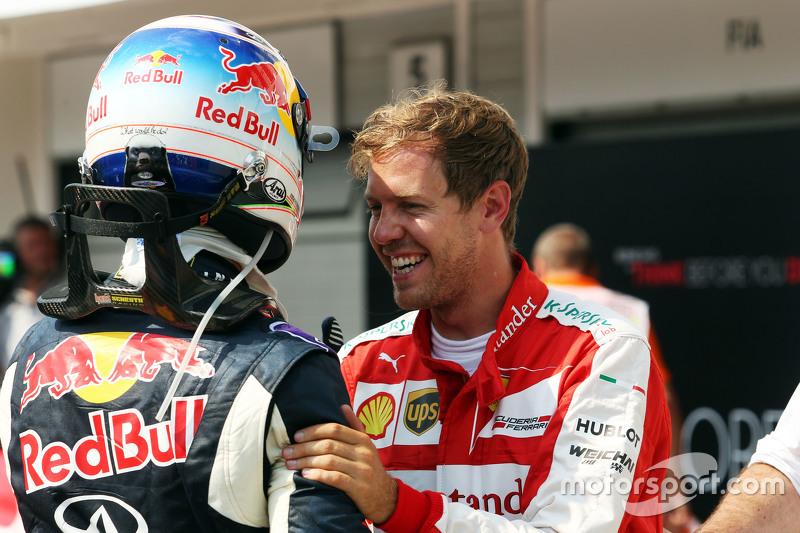 (Kiri ke Kanan): Daniel Ricciardo, Red Bull Racing dengan Sebastian Vettel, Ferrari dalam sesi kualifikasi di parc ferme