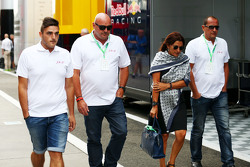 La famille de Jules Bianchi dans le paddock,: Tom, Philippe et Christine Bianchi - frère, père et mère