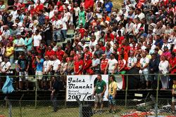 фанати observe the pre-race tribute to Жуль Бьянкі
