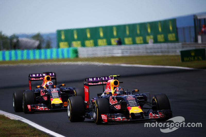 Daniil Kvyat, Red Bull Racing RB11 memimpin di depan rekan setim Daniel Ricciardo, Red Bull Racing RB11